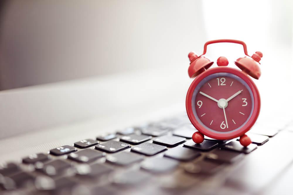 alarm-clock-on-laptop